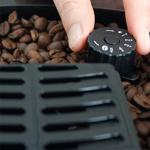 adjusting grind size on coffee grinder
